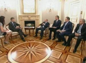 В.В. Путин и руководство Газпром с президентом компании Статойл Хельге Лунд. Переводчик - Дарья Боярская, 2009